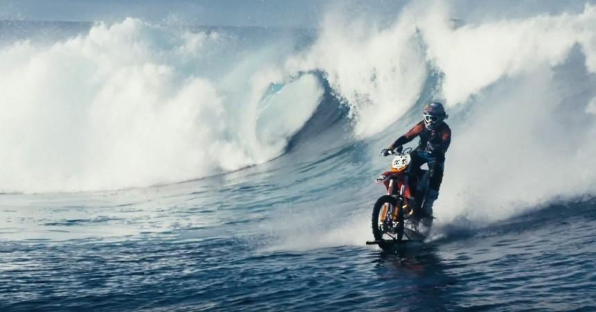 Le surf en moto, le nouveau buzz de Maddo